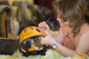 Как украсить походную каску и сделать ее индивидуальной?