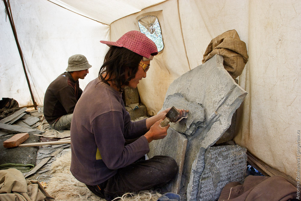 изготовление мантр на камнях, mani stones makers