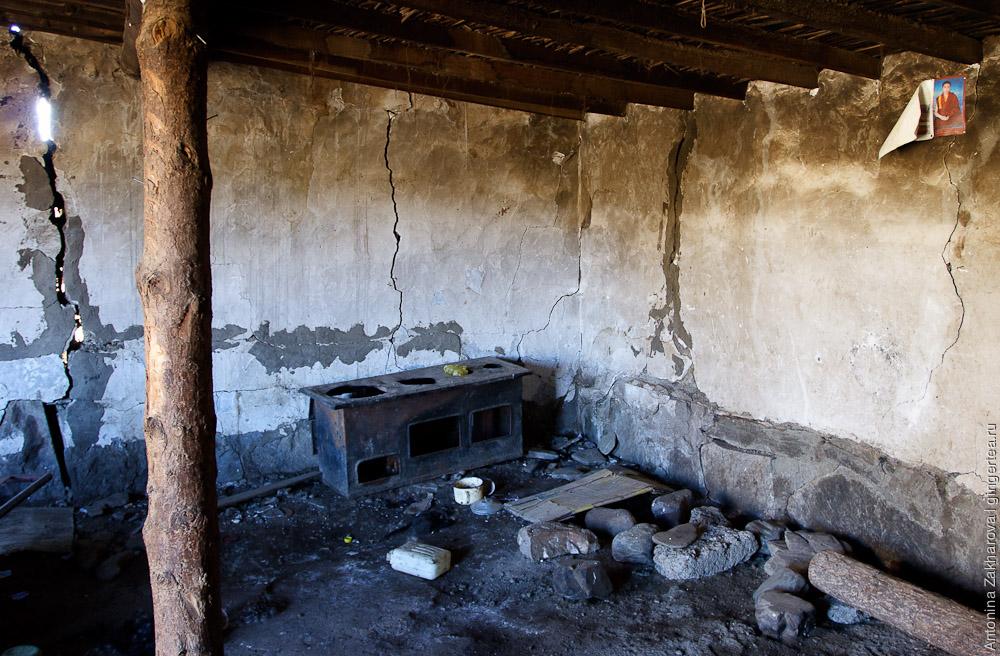 Внутри одного из оставленных тибетских домов