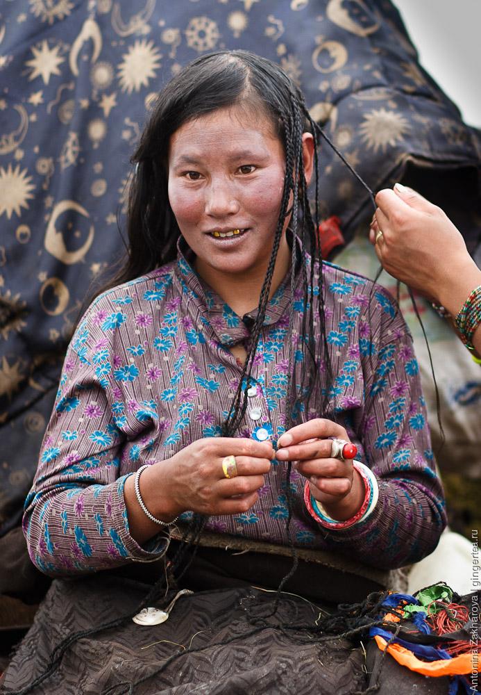 Тибетки очень любят косички. Говорят, иногда их заплетают целых 108 - священное число для тибетцев