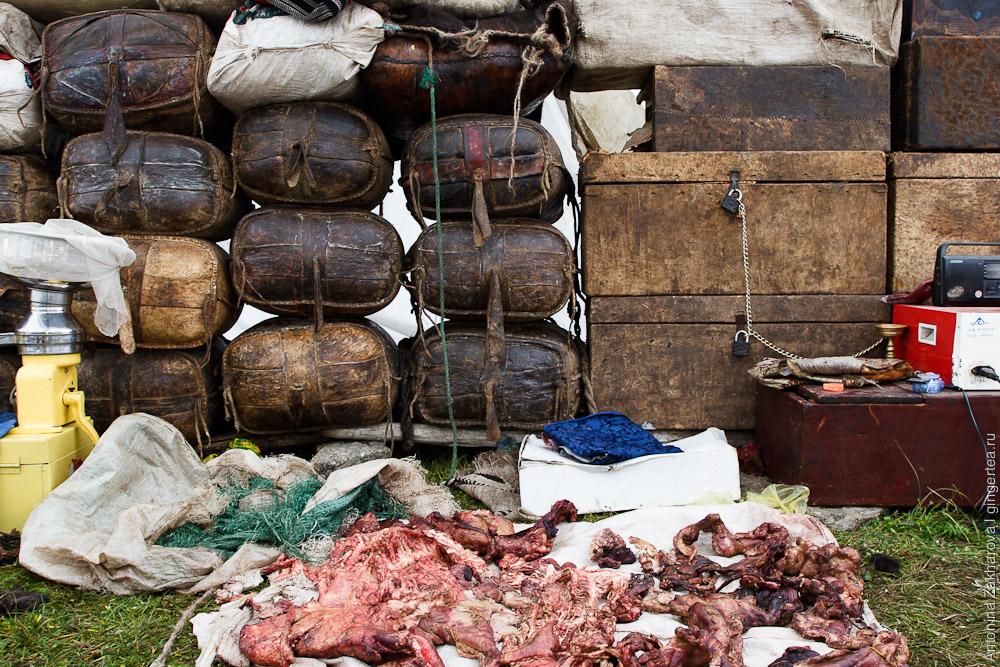 Кастрюля, кадка, сепаратор необходимы тибетцам, чтобы разделять ячье молоко и жирные сливки, из которых потом сбивают масло - главный товар для продажи в городе, за исключением мяса