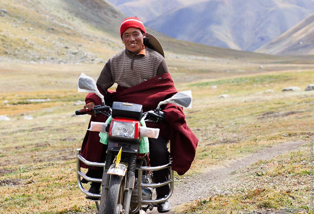 Когда едешь на новом мотоцикле по каменистой дороге, лучше не снимать заводскую защиту с колес и пакетики с зеркал... все равно в такой глуши никто не обгоняет.