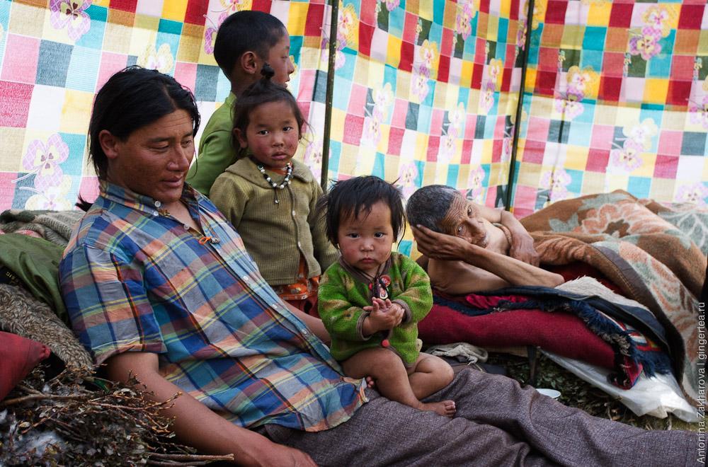 семья тибетских кочевников в своей палатке