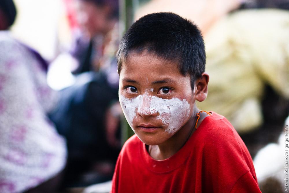 Редкие солнечные ожоги у детей мажут специальной белой солнцезащитной мазью. Такую же мазь используют молодые девушки, чтобы сохранить светлый цвет лица, который считается здесь привлекательным