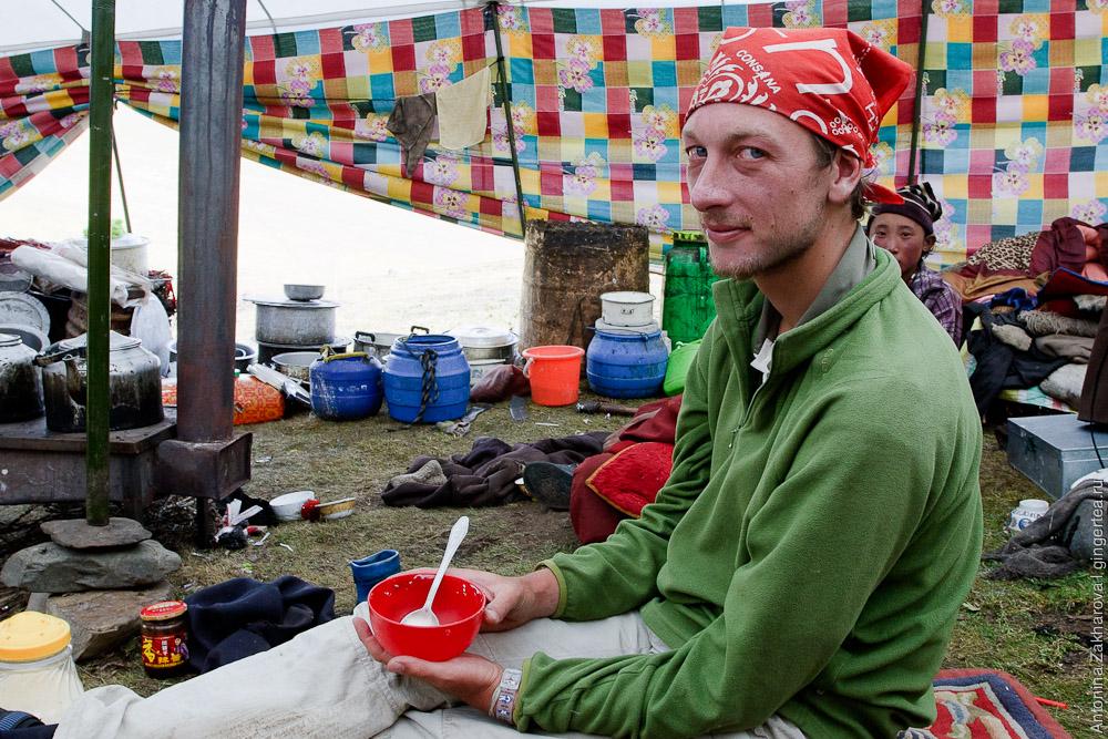 Принимая нас, как гостей, тибетцы всегда просят, чтобы мы достали из рюкзака свои миски. Среди тибетцев ходить друг к другу в гости также принято со своей посудой.