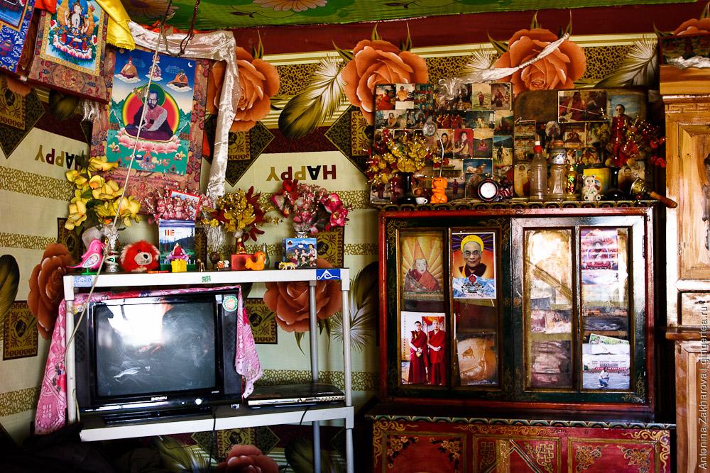 Алтарь в комнате тибетского дома