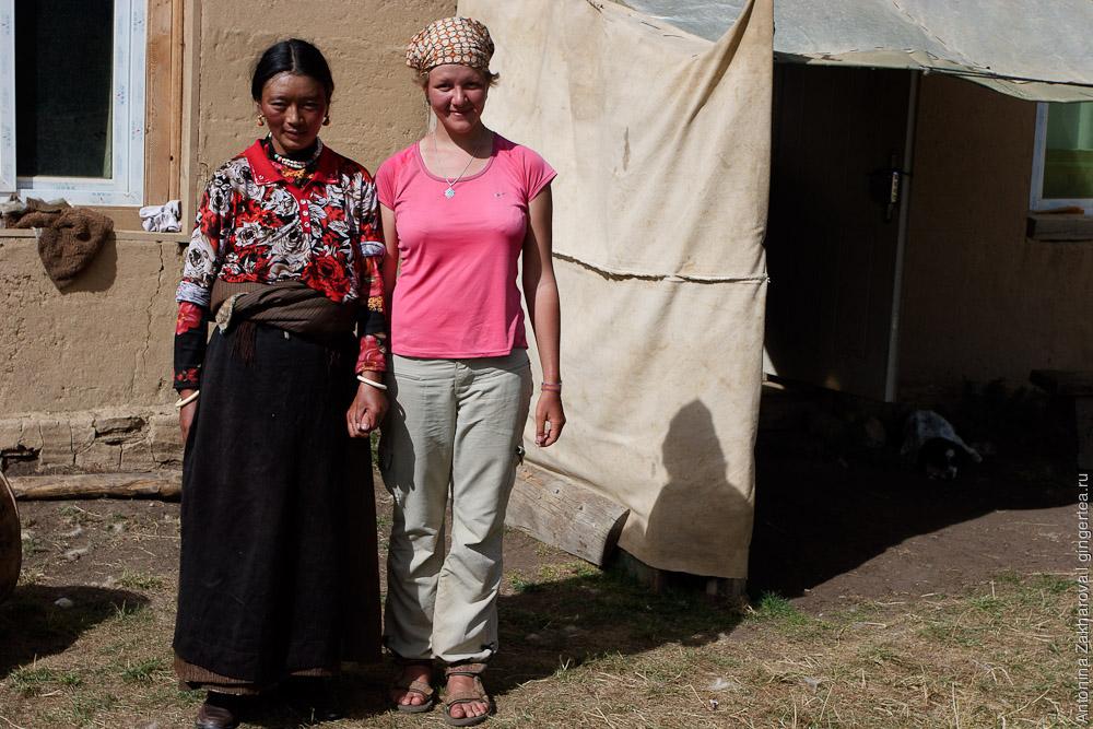 Русская девушка и тибетская девушка