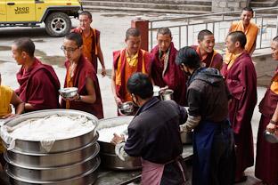 Обед в тибетском монастыре. Как кормят монахов и что они едят