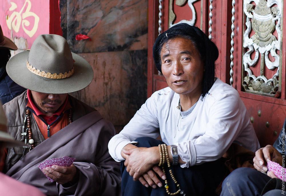 тибетец в Кхаме с косами на голове