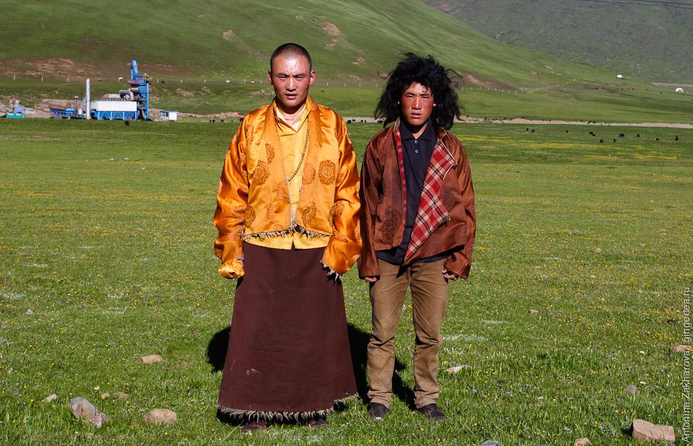 лысый тибетец монах и волосатый тибетец пастух