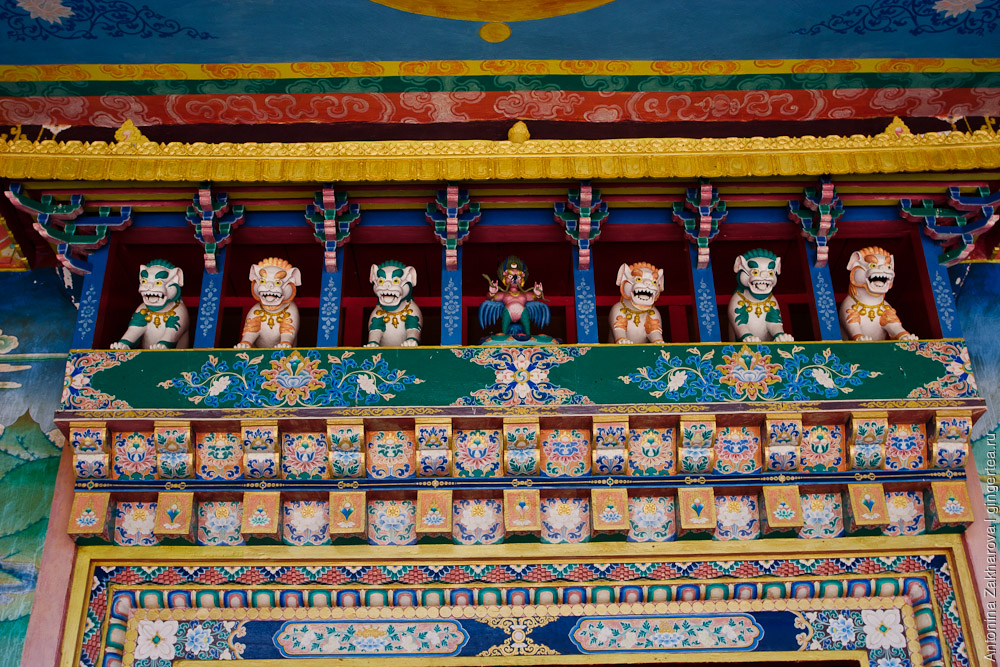 тибетский монастырь в Кунгри, символ буддизма гаруда