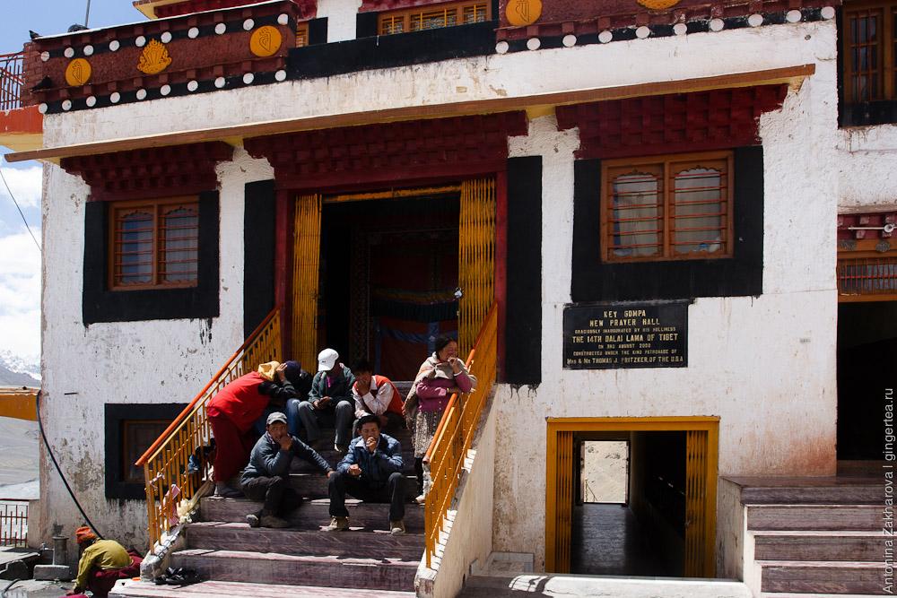 тибетцы на ступенях у нового храма в Ки гомпе в Спити, Key gompa in Spiti