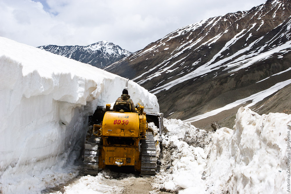 экскаватор BRO расчищает снежник в долине Лахул в июне