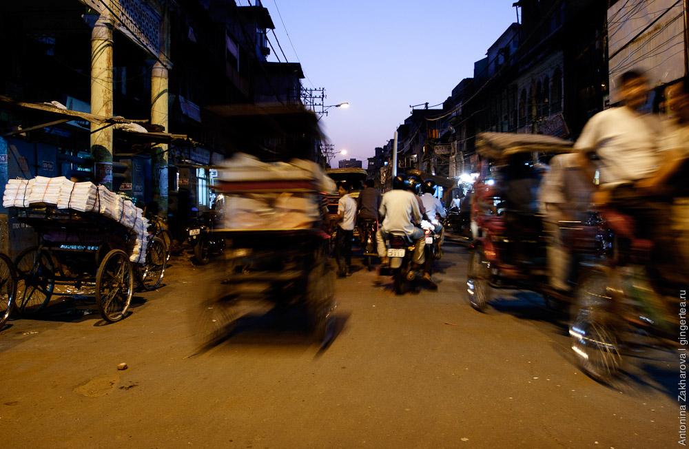 рикши на улице в Дели, движение в Дели, traffic in Delhi