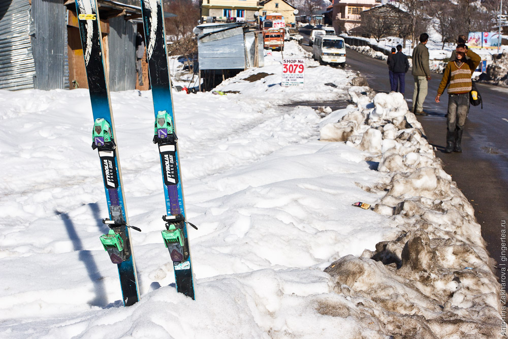 киоск с арендой лыж рядом с Манали
