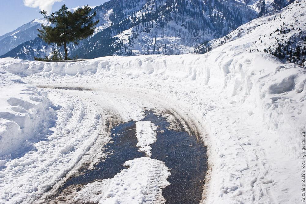 заснеженная дорога в долине Куллу зимой
