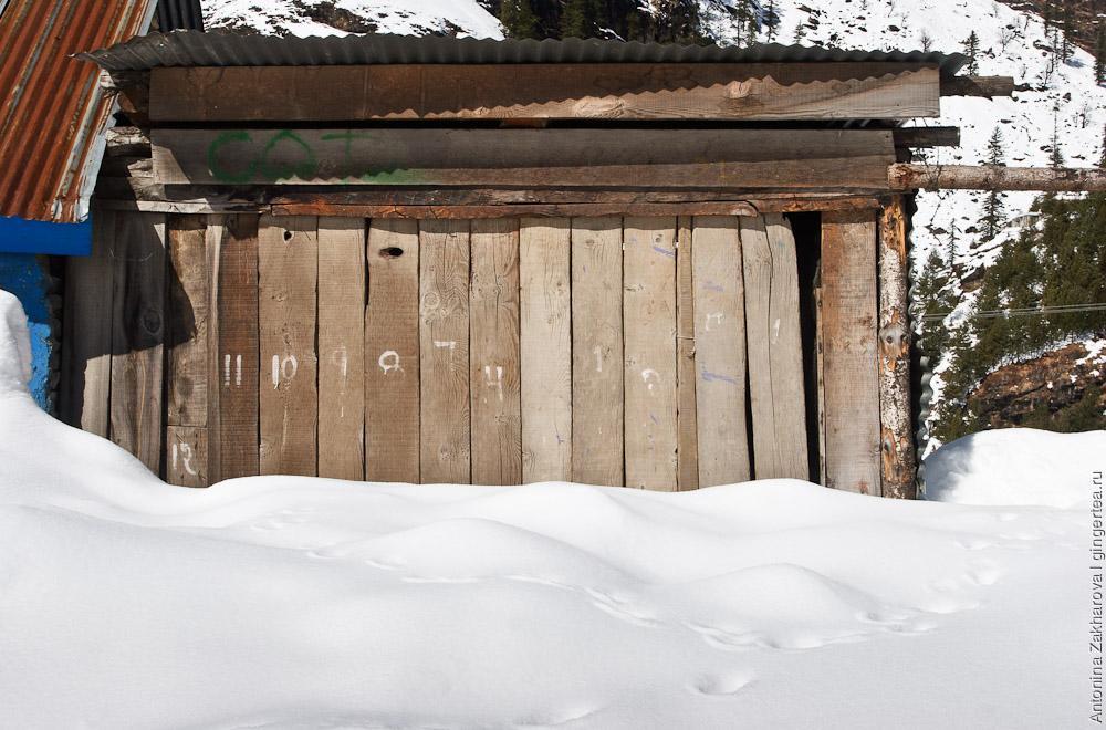 закрытый киоск аренды лыж в Коти