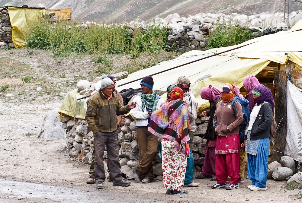 База дорожных рабочих при подходе к перевалу Шинго-Ла: Лахульские женщины