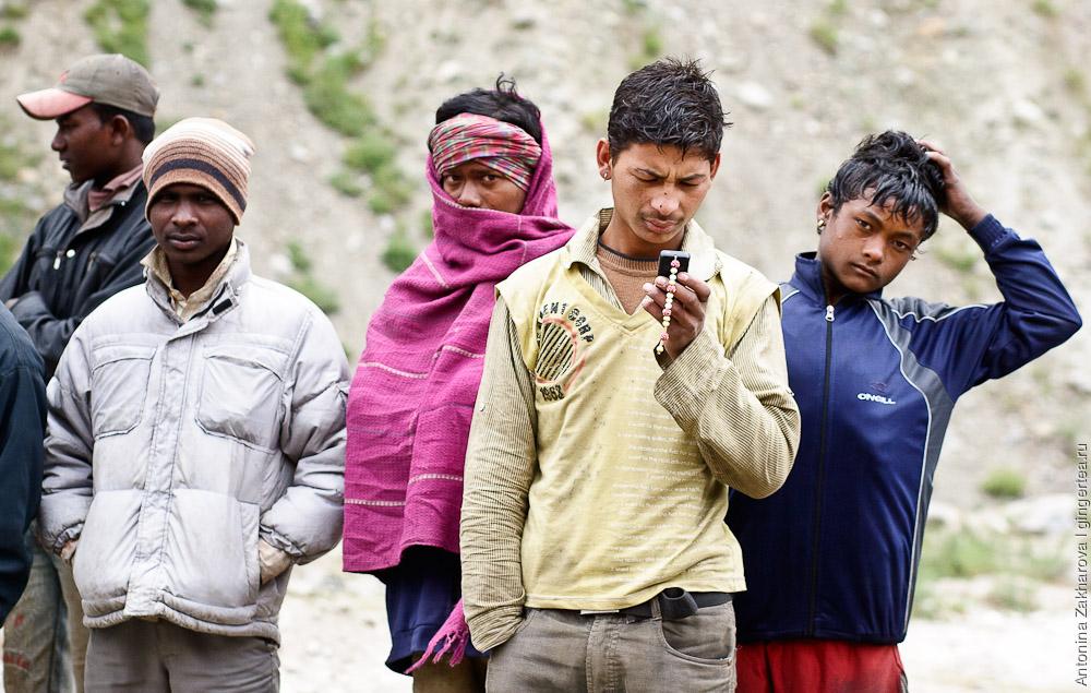 База дорожных рабочих при подходе к перевалу Шинго-Ла: парни из равнинной Индии
