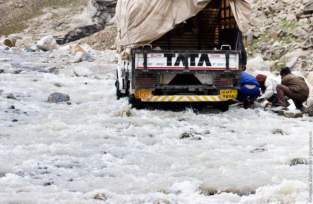 Ремонт автотранспорта прямо на броде по щиколотку в ледяной воде