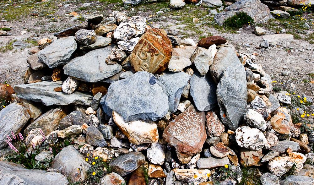 Буддисты оставляют на караванных тропах камни с  выгравированными  на них мантрами