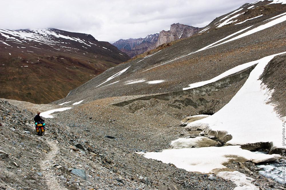 спуск с перевала Шинго-Ла в сторону Занскара