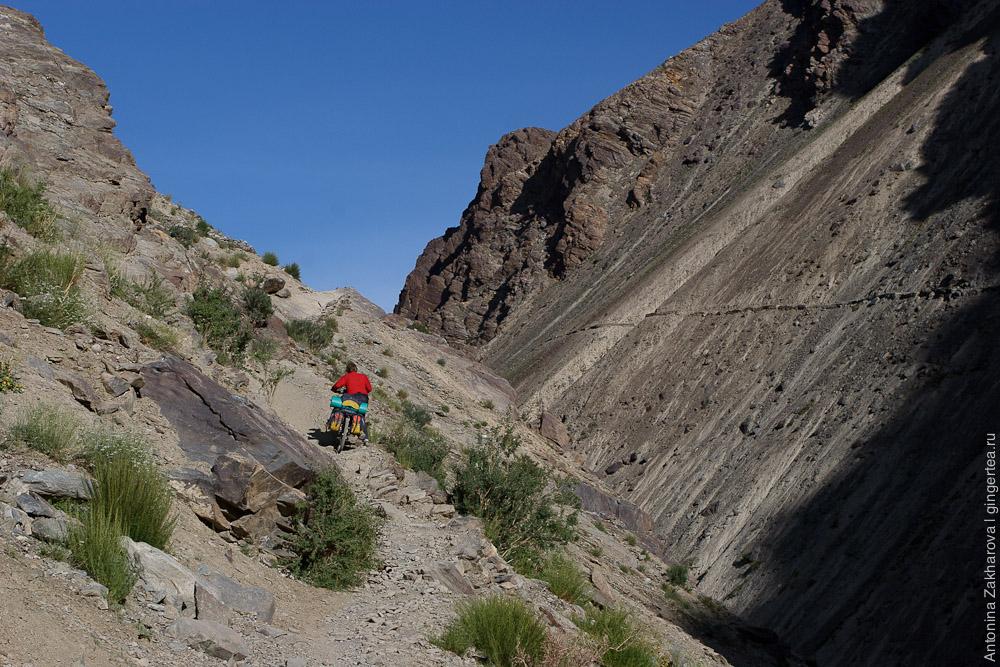 Вдоль реки Царап-Чу идет узкая тропинка с крутыми спусками и подъемами