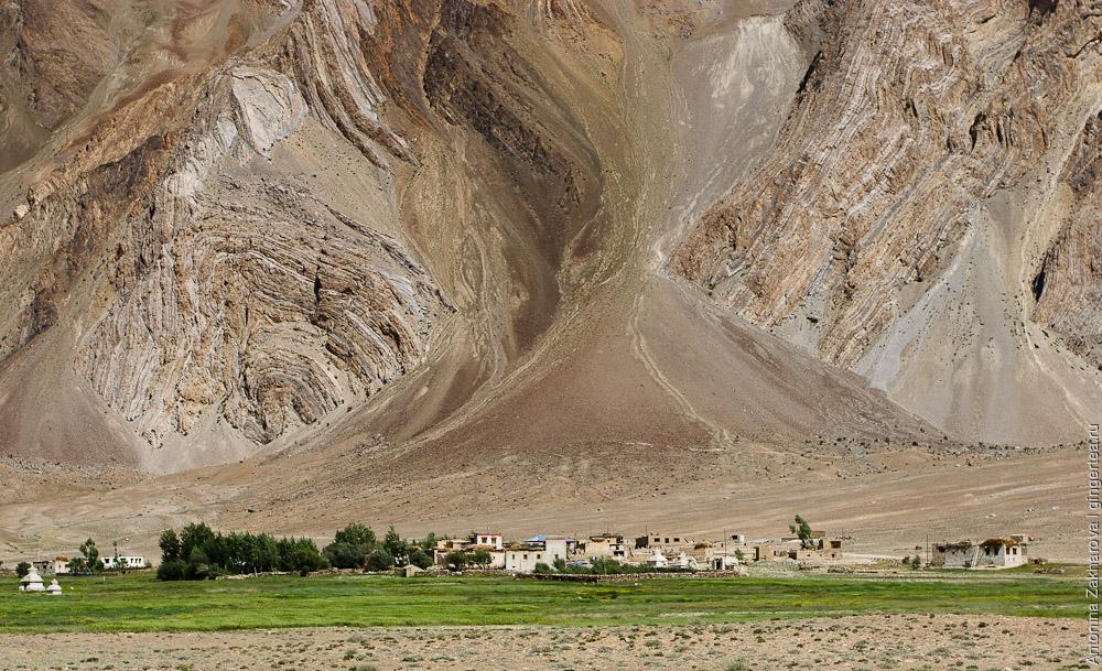 В широкой долине реки Занскар деревни для защиты от ветров прижимаются к почти отвесным скалам