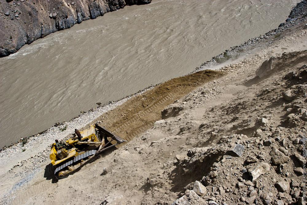 экскаватор BRO расчищает завал на новой дороге из Падума в Лех