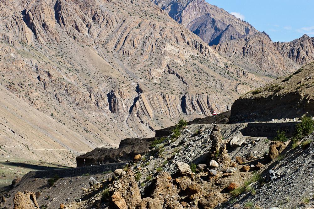 Дорога индийского военного агентства BRO строится сразу с отличным асфальтом, укрепленным полотном, разметкой и дорожными знаками