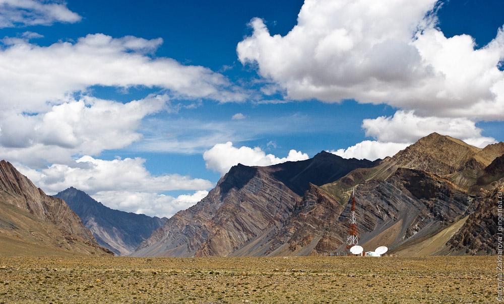Сотовая вышка - единственная на долину, совмещенная со станцией космической связи, Занскар, Индия