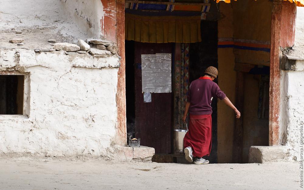 тибетский монах несет ведро, как живут в буддийском монастыре, деревня Сани, Занскар