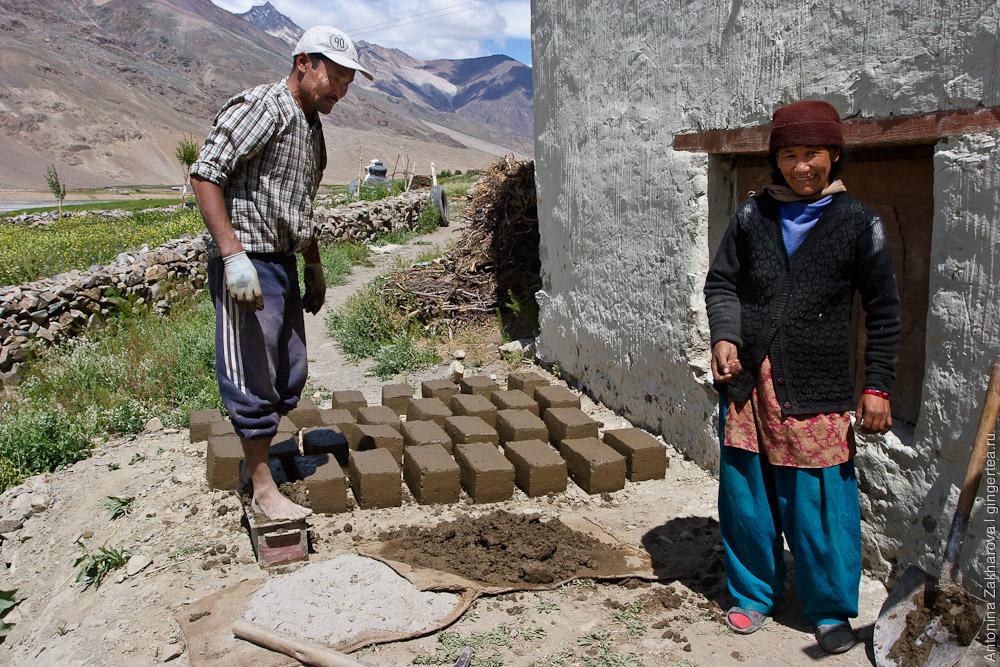 строительство дома из глиняных кирпичей в Занскаре