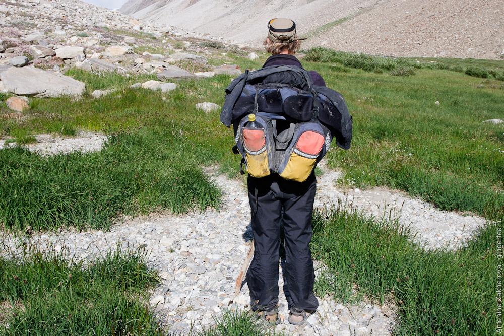 С велосипедным рюкзаком на пешем участке не очень удобно, но жить можно, долина к перевалу Чилунг-Ла, Каргил, Индия