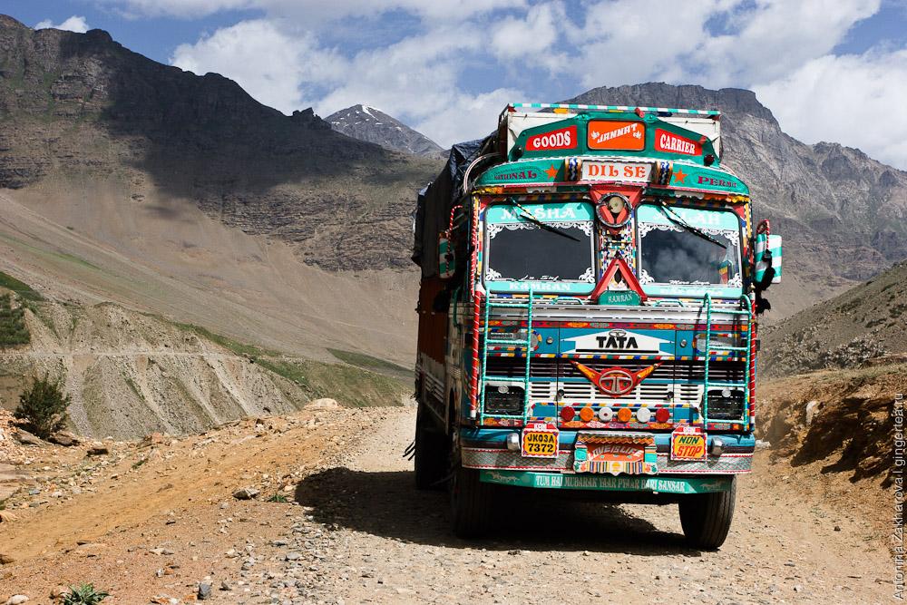 Индийские грузовики доставляют по этой трудной дороге товары в Занскар, Каргил, Индия