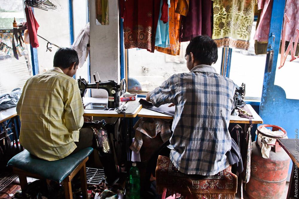 портные за работой в швейной мастерской в Каргиле, Индия