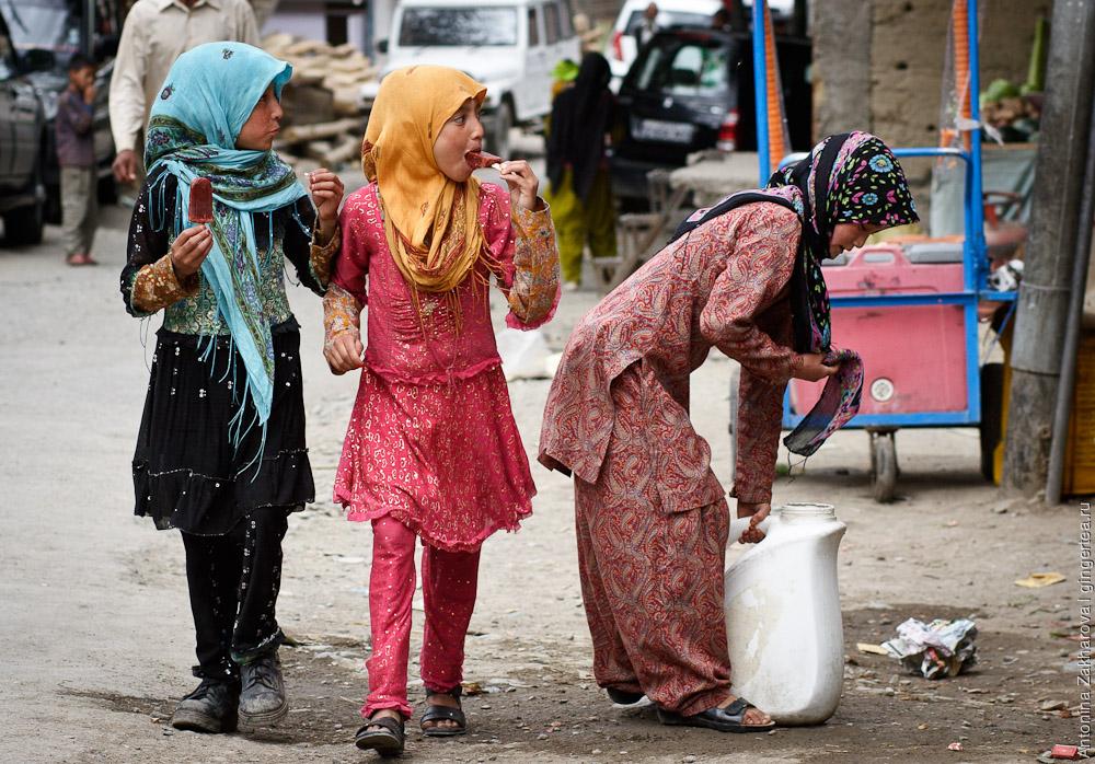 девочки в сальвар-камизах в Каргиле в Индии