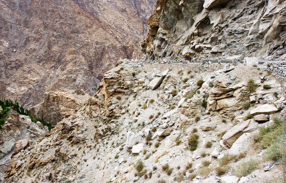 велосипедист на автомобильной дороге с перевала Хамботинг-Ла к долине Инда