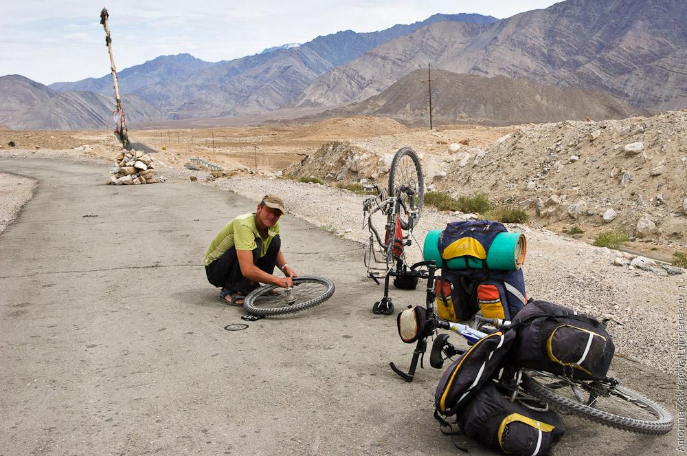 ремонт велосипеда на перевале Ронга-Ла на пути из Шринагара в Лех