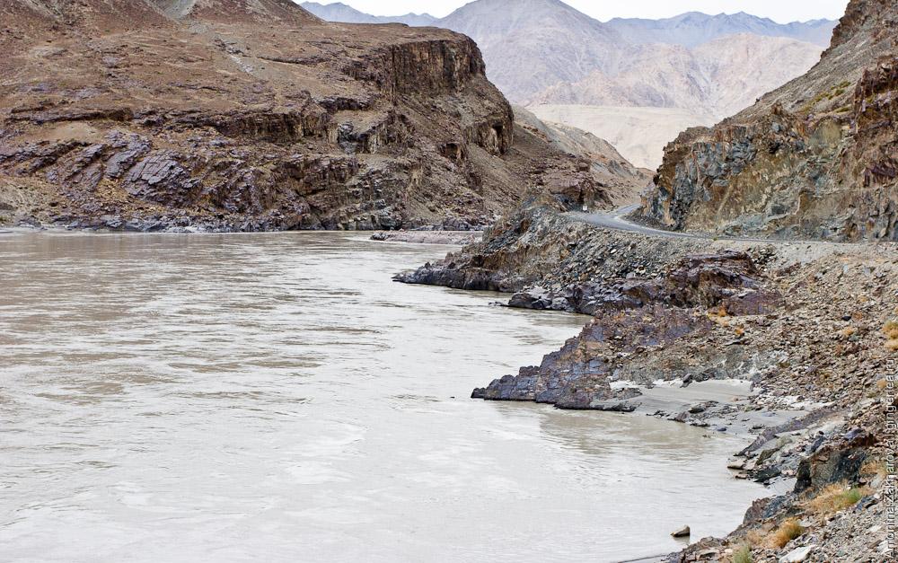 строящаяся автодорога по реке Занскар, которая соединит Лех и Падум