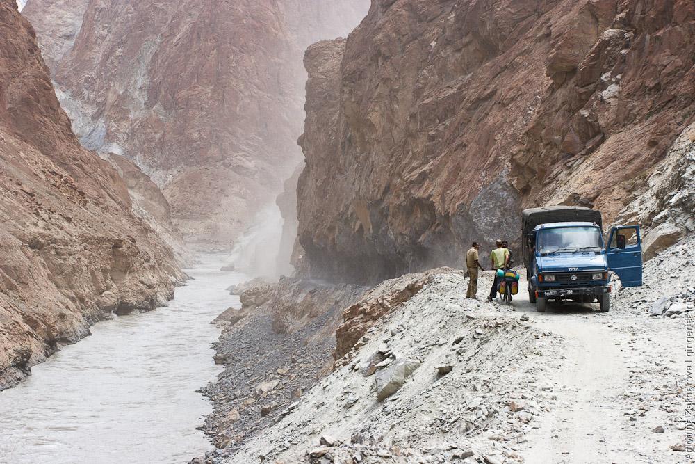 взрывные работы на строительство новой дороги из Ладакха в Занскар