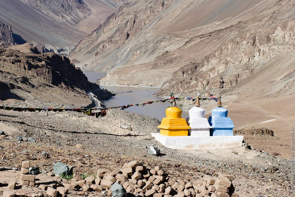 три разноцветные ступы у слияние реки Инд и реки Занскар
