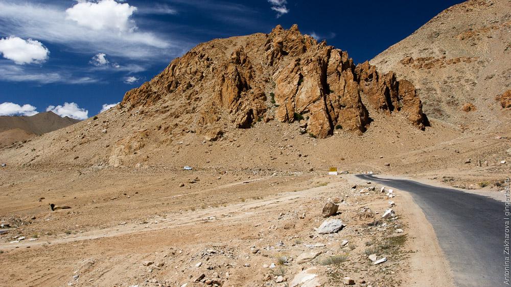 асфальтовая дорога из Леха на перевал Кардунг-Ла в Ладакхе