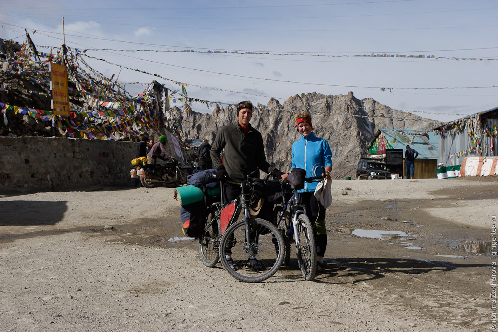 велосипедисты Антонина Захарова и Павел Борисов на перевале Кардунг Ла в Ладакхе