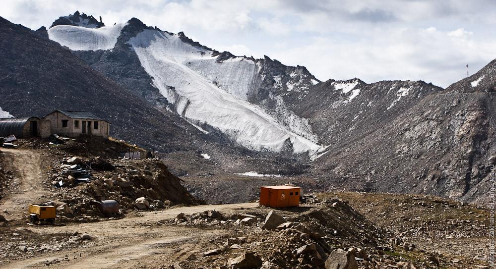 Вид на Лех и Гималаи во время подъема на хребет Ладакх