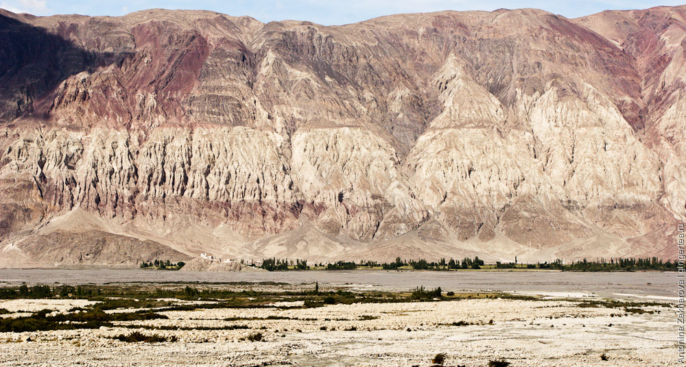 фиолетовые горы в долине реки Шайок в Ладакхе