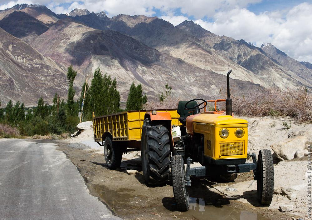 ярко-желтый трактор в деревне в Ладакхе, Индия