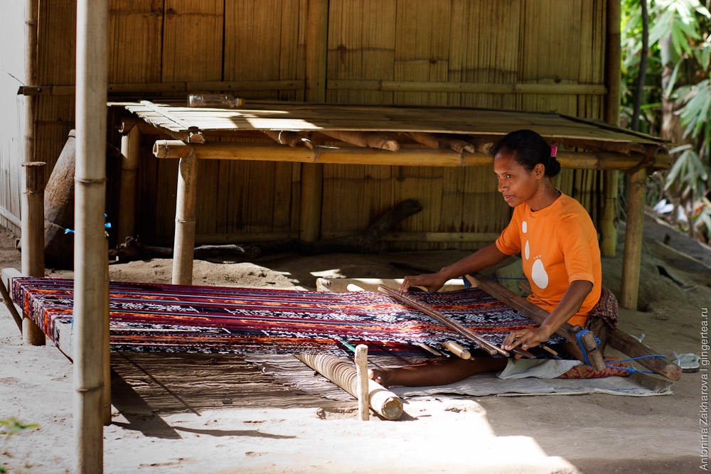 ручной ткацкий станок в Индонезии