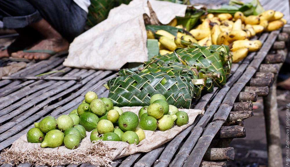 Деревенский фруктовый рынок в Индонезии
