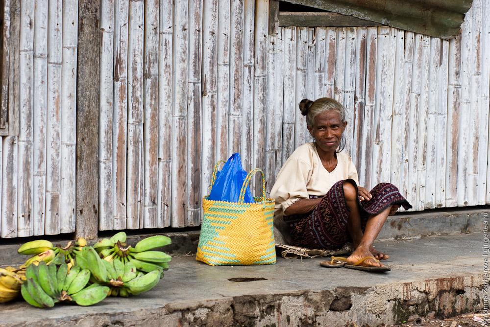 Женщина продает бананы на Флоресе